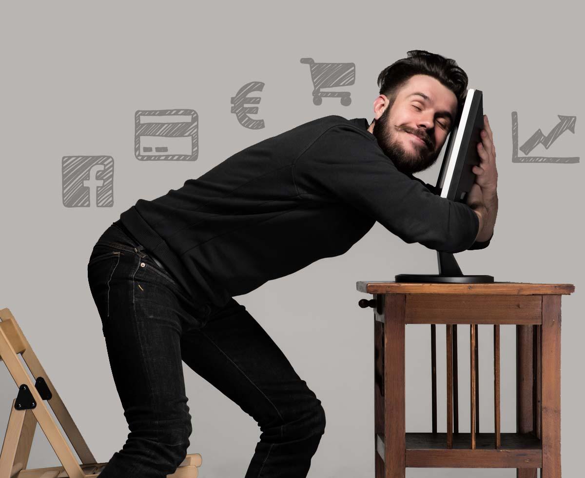 Diseñador web freelance WordPress abrazado a su portátil