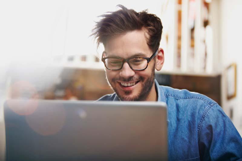 Hombre joven viendo una página web