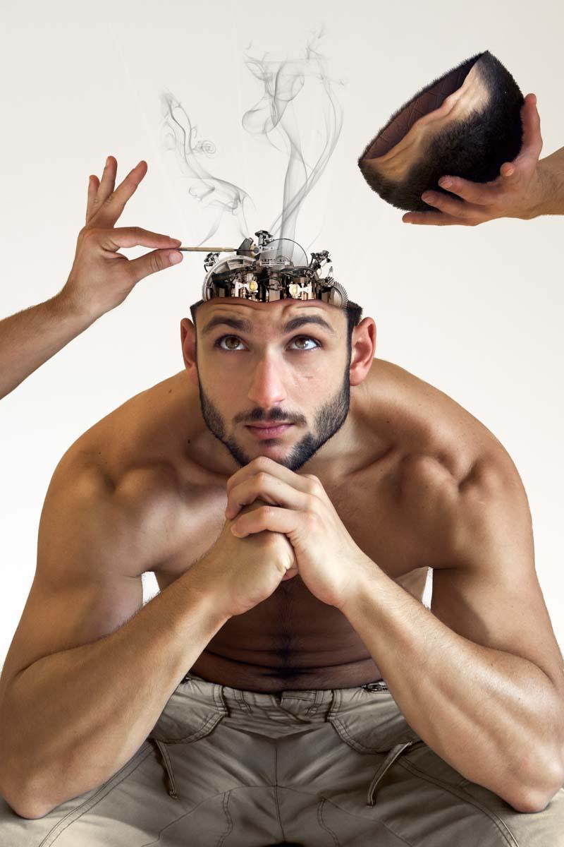 Composición creativa en Photoshop de una máquina dentro de la cabeza de un hombre.